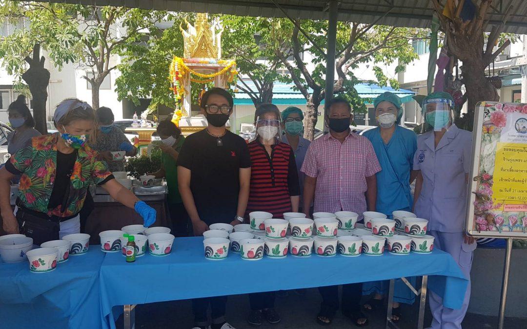 วันที่ 21 เมษายน 2563 ร้านรุ่งเพชร แหลมสิงห์ มาเลี้ยงอาหารกลางวันโรงพยาบาลบางกรวย
